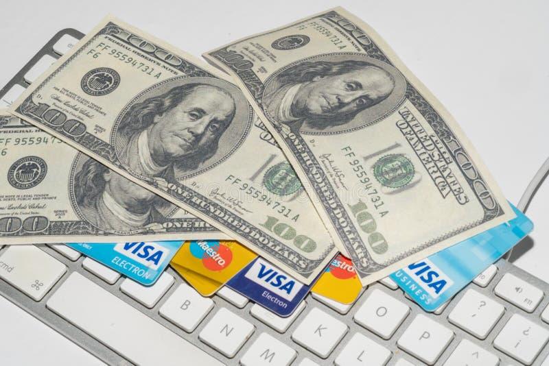Comércio, comércio eletrónico, crédito e cartões de crédito em linha com dólares e um teclado imagens de stock
