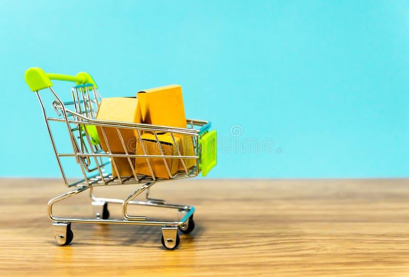 Comércio eletrónico em linha do carrinho de compras o supermercado fotos de stock