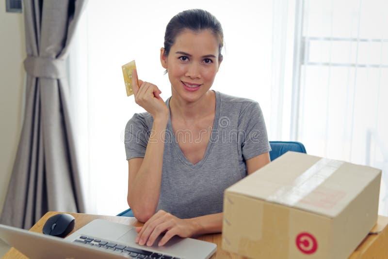 Comércio eletrônico que compra em linha e que envia Menina bonita asiática que compra em linha do Web site usando o cartão de cré imagens de stock royalty free