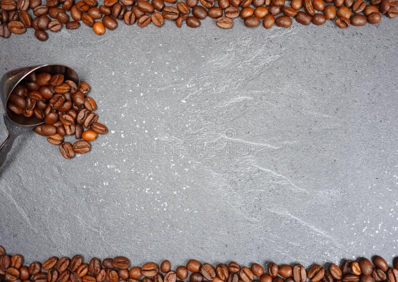 Comércio justo e colher de feijões de café no fundo cinzento do worktop da cozinha imagens de stock