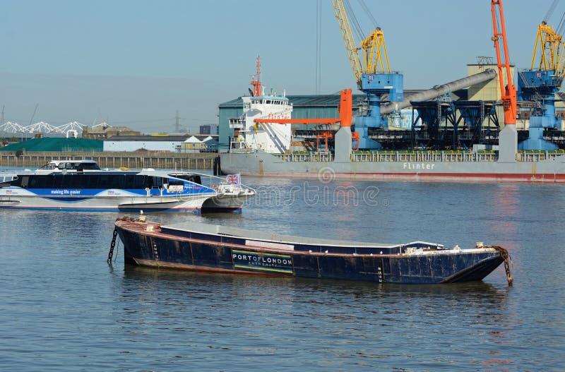 Comércio no rio Tamisa Barca, cruzador & navio foto de stock