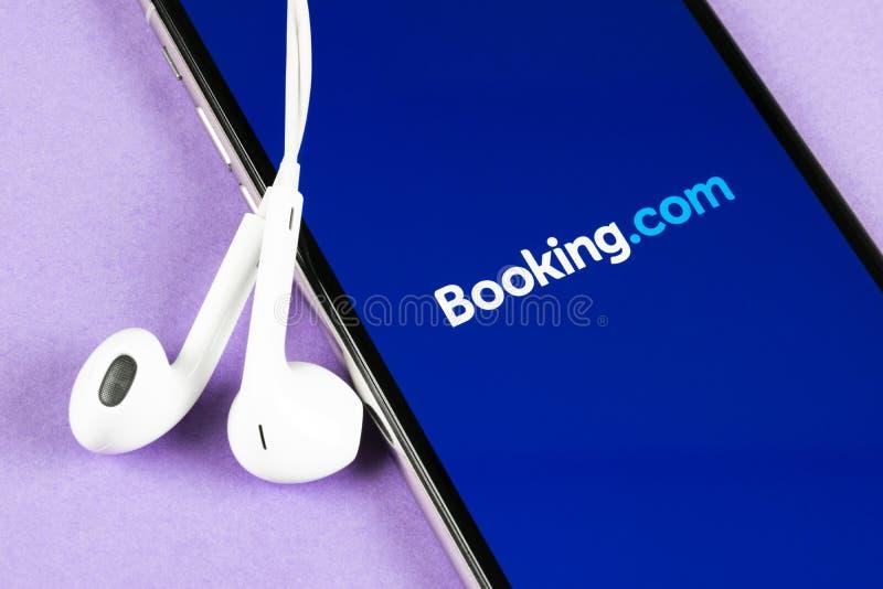 ?? com在苹果计算机iPhone x屏幕特写镜头的应用象 ??app? ?? com 社会媒介应用程序 ?? 库存图片