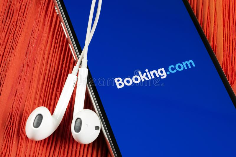 ?? com在苹果计算机iPhone x屏幕特写镜头的应用象 ??app? ?? com r ?? 免版税库存图片