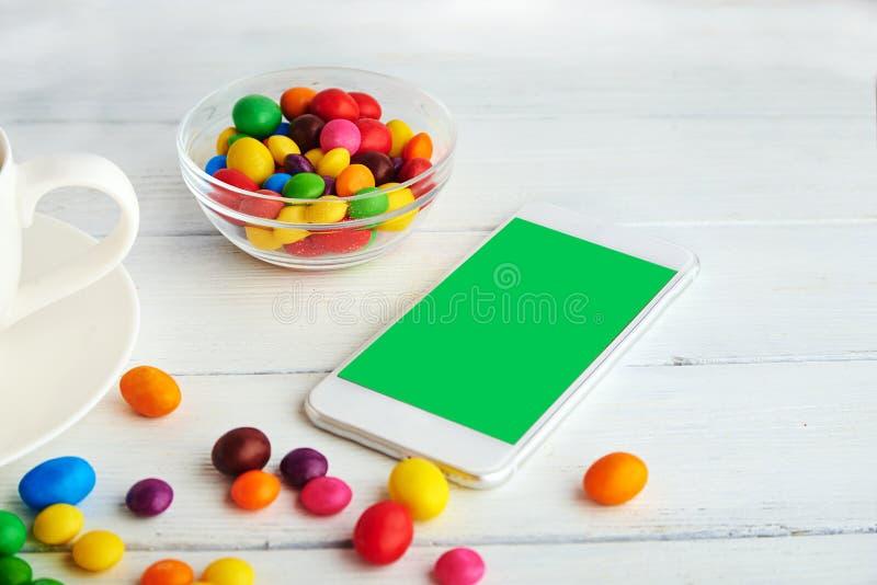 com概念小雕象图象其它正确的常设文本 在每天的颜色与手机 免版税库存照片