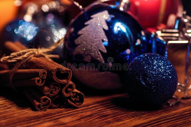 Com a bola e canela alaranjadas do Natal imagem de stock