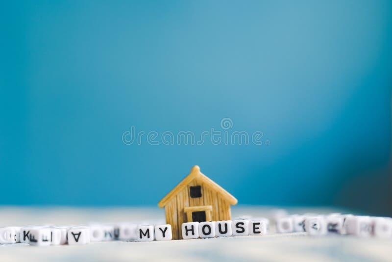 "Com diminuto do modelo da casa \ ""CASA \"" letra do cubo do alfabeto fotos de stock royalty free"