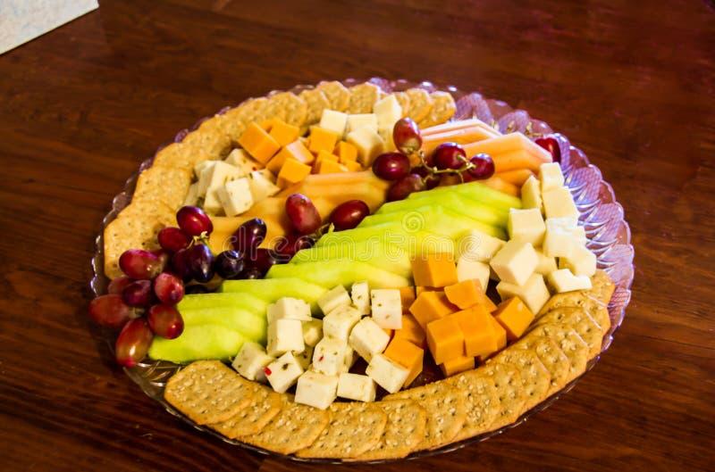 Com fome? Uvas, queijo, maçãs e biscoitos para você fotografia de stock royalty free