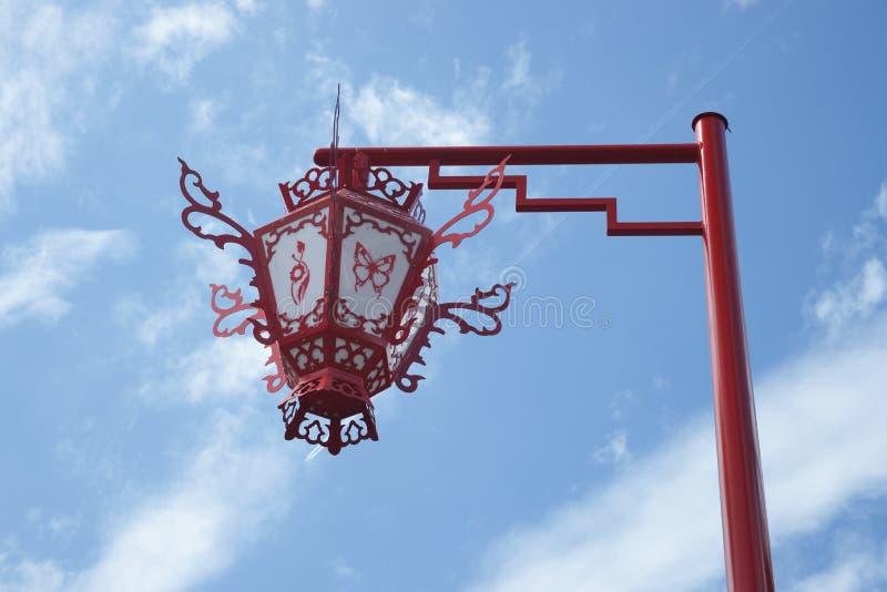 Com a lâmpada de rua do estilo chinês. fotografia de stock
