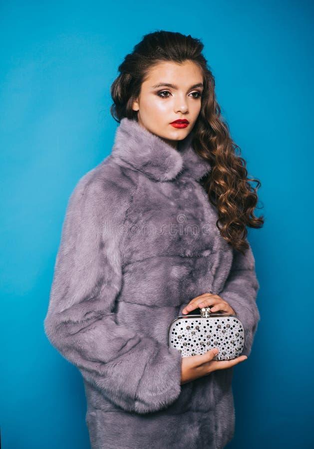 Com seu estilo chique feminino Mulher bonita no casaco de pele elegante O modelo de forma veste a pele luxuoso F?rma do inverno fotografia de stock