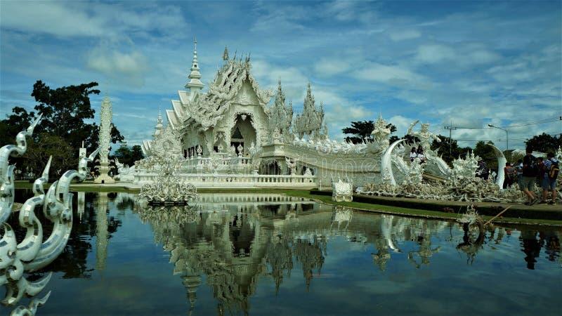 Com templo Wat Rong Khun, Tailândia imagem de stock royalty free