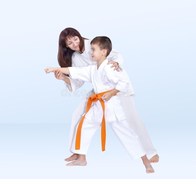 Download Com Um Sorriso Na Cara O Treinador Da Mãe Ensina Seu Filho Imagem de Stock - Imagem de filho, fundo: 80102163