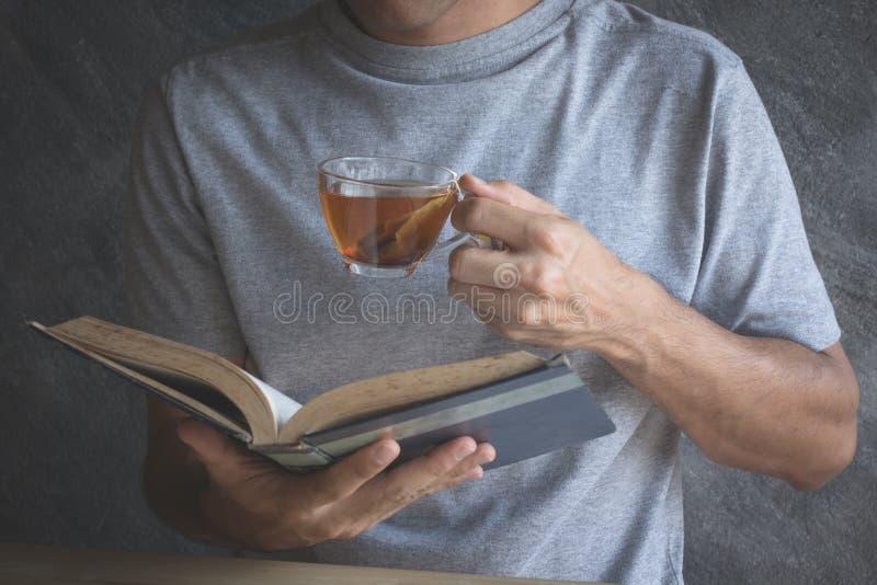Coma el té caliente foto de archivo