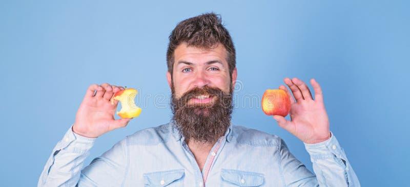 Coma la manzana cada d?a Idea siempre buena sana del bocado de la fruta Sirva los controles largos manzana madura de la barba del imágenes de archivo libres de regalías