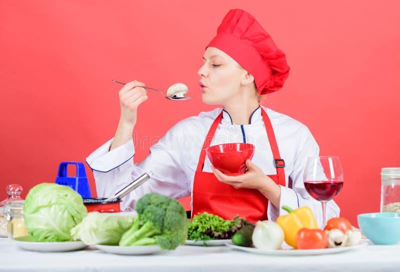 Coma sano Ración sana Cuchara profesional del control del cocinero de la mujer con la seta cruda Recetas sanas del vegetariano y  fotos de archivo