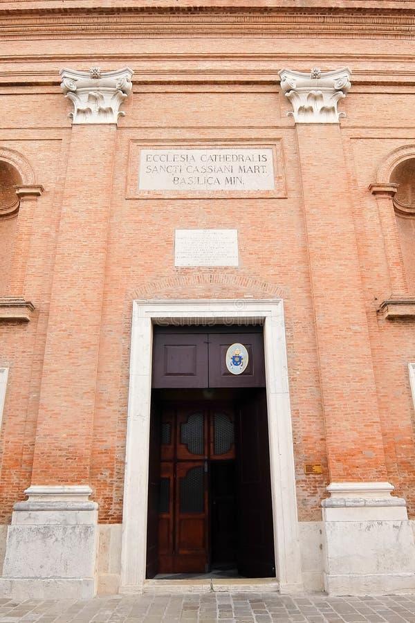 Comacchio, Italia Fachada de los di San Cassiano del Duomo de la iglesia católica imagenes de archivo