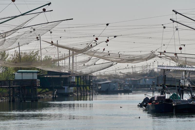 Comacchio Italia redes de pesca industrial de marzo de 2017 fotografía de archivo