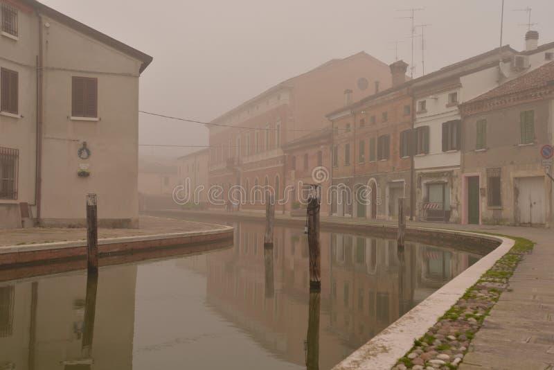 Comacchio kanal i vinter Ferrara Emilia Romagna, Italien royaltyfri fotografi