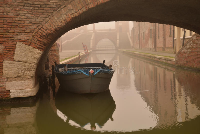 Comacchio kanalbro i vinter Ferrara Emilia Romagna, Italien royaltyfria foton