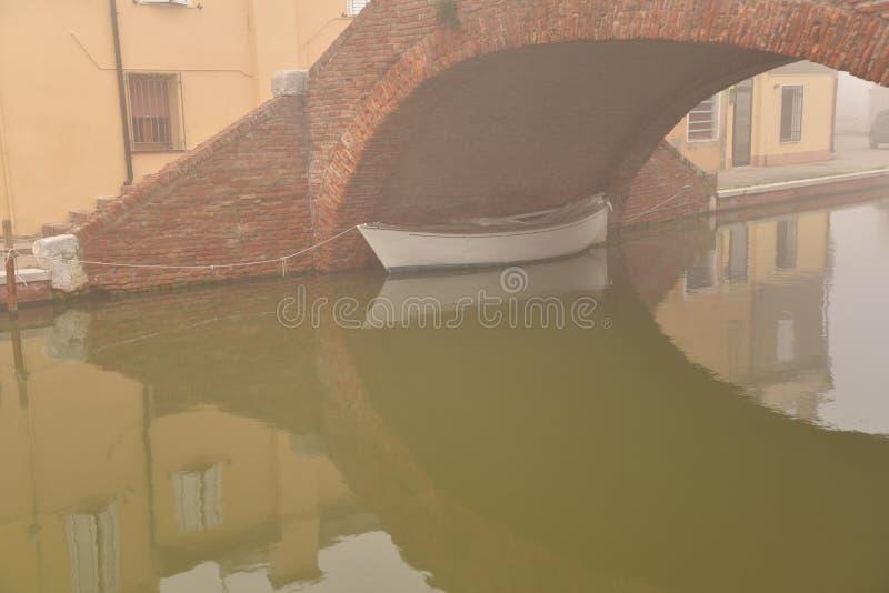 Comacchio kanalbro i vinter Ferrara Emilia Romagna, Italien arkivbilder