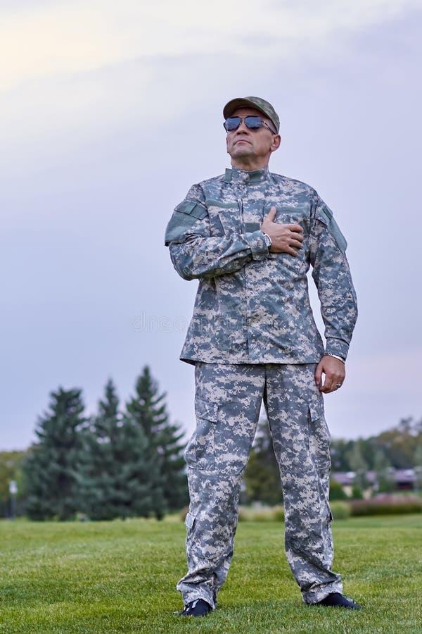 Comandante de compañía patriótico que se coloca al aire libre foto de archivo libre de regalías