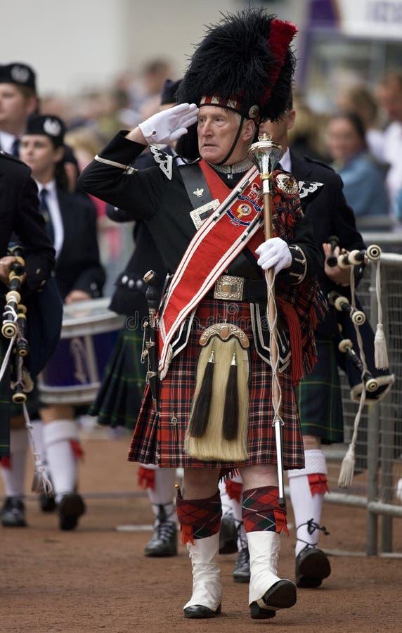 Comandante de tubo en el Cowal que recolecta en Escocia
