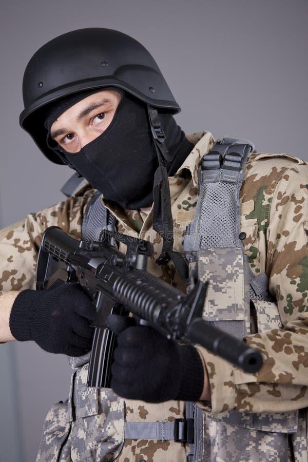 Comandante del GOLPE VIOLENTO con la ametralladora fotografía de archivo
