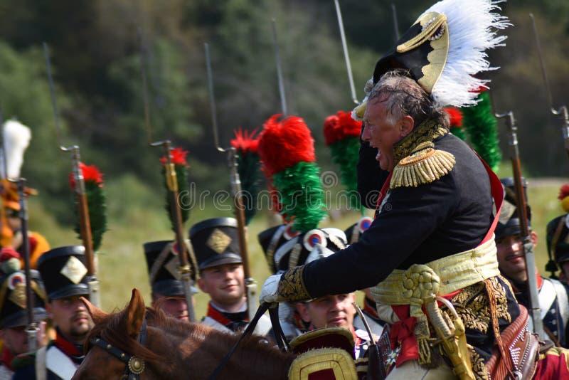 Comandante ed il suo esercito Reenactors si è vestito come i soldati francesi dell'esercito a Borodino combattono la rievocazione fotografia stock libera da diritti