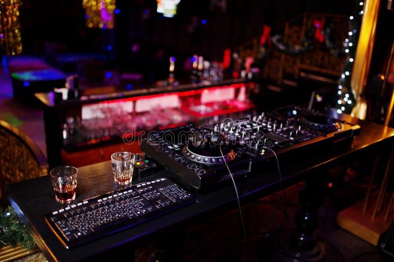 Comandi di filatura della pista di miscelazione e di scratch del DJ sulla st della piattaforma del ` s del DJ fotografia stock libera da diritti