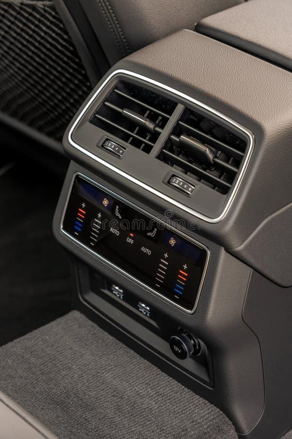 Comandi digitali di executice del condizionatore d'aria superiore dell'automobile immagini stock libere da diritti