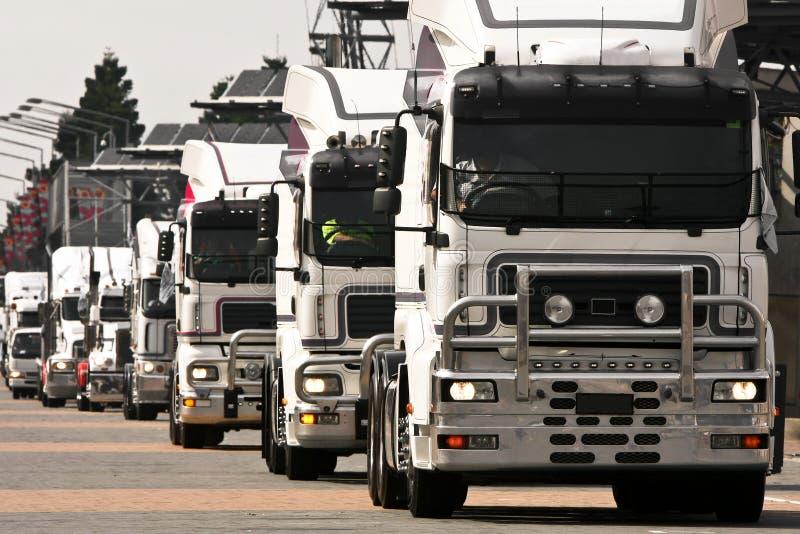 Combóio dos caminhões pesados brancos imagens de stock