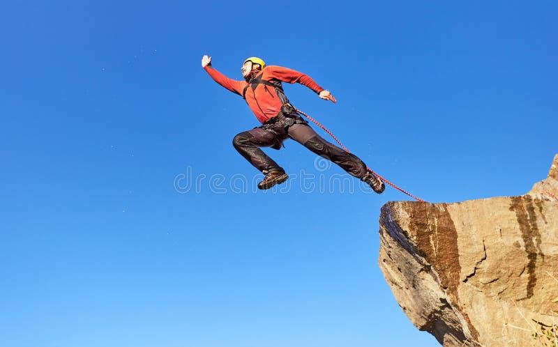 Comba de una alta roca en las montañas foto de archivo