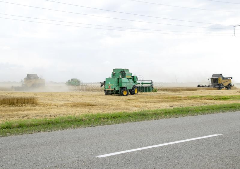 Combain verzamelt op het tarwegewas Landbouwmachines op het gebied royalty-vrije stock foto's