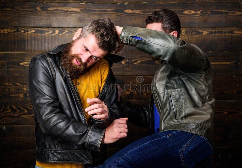 Combat barbu de hippie d'hommes Attaque et défense Combat agressif de voyou avec l'homme fort de despote Combat de rue images stock
