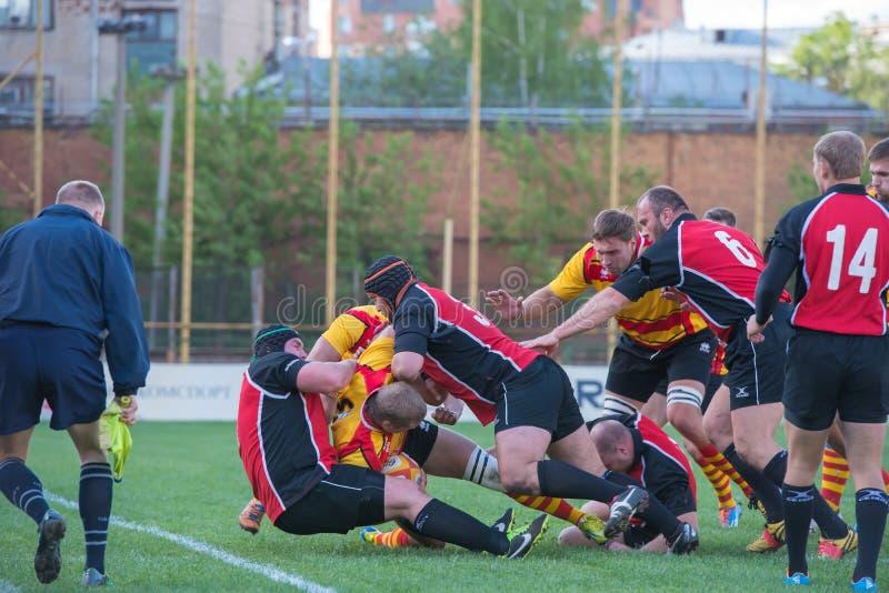 Combat dans le domaine de rugby photos stock