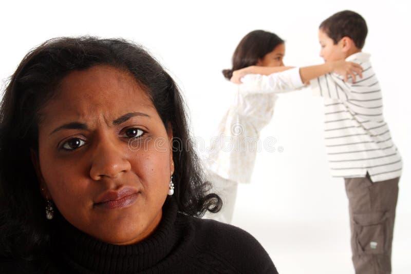 Combat de famille images stock