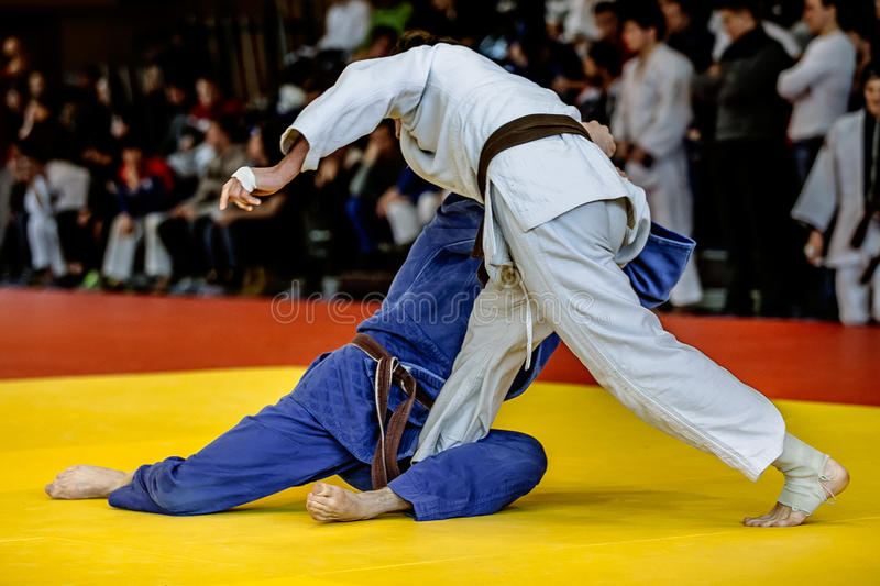 Combat de judoists de combattants à temps de concurrencer image stock