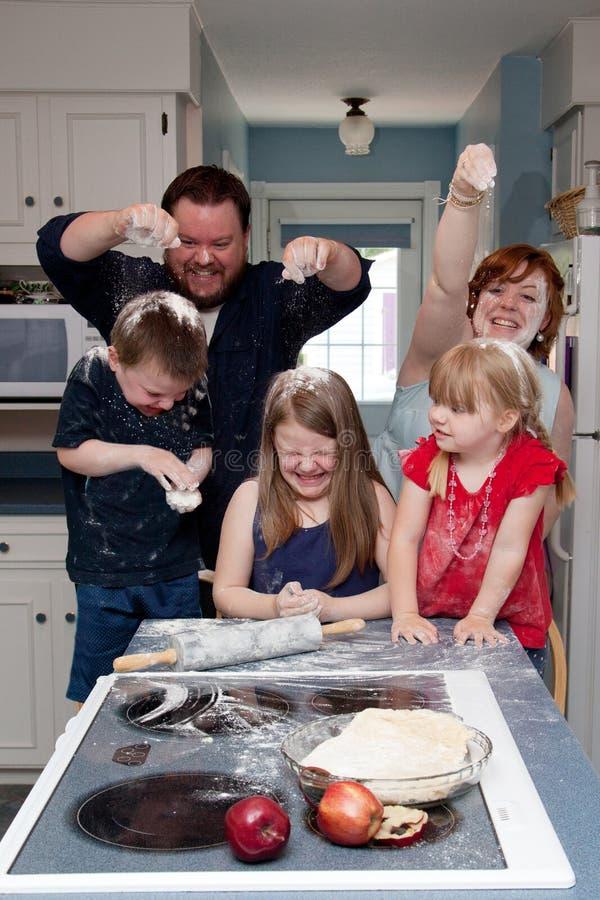 Combat de nourriture de famille dans la cuisine photographie stock