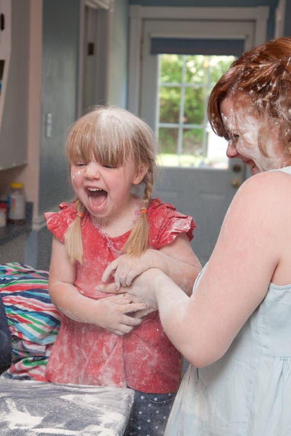 Combat de nourriture entre la mère et la fille photo stock