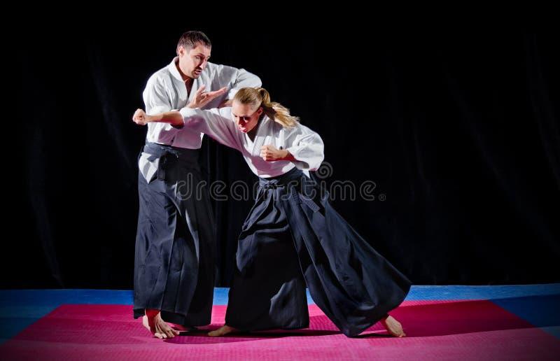 Combat entre deux combattants d'aikido image libre de droits