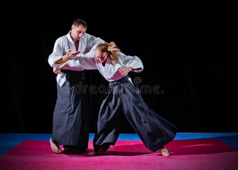 Combat entre deux combattants d'aikido photographie stock libre de droits
