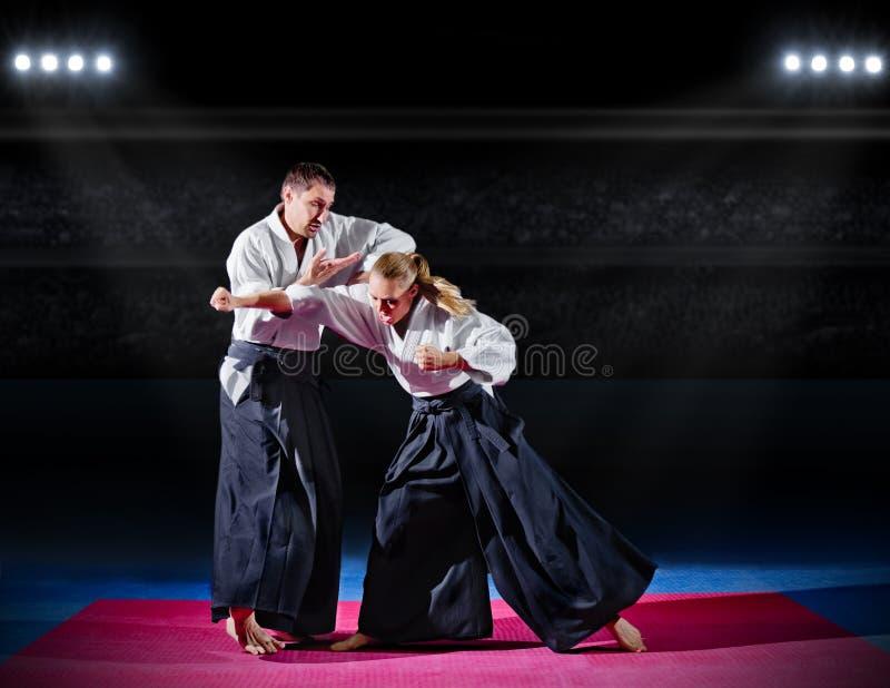 Combat entre deux combattants d'aikido images libres de droits