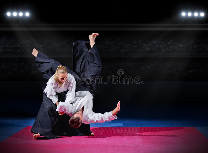 Combat entre deux combattants d'aikido photo libre de droits