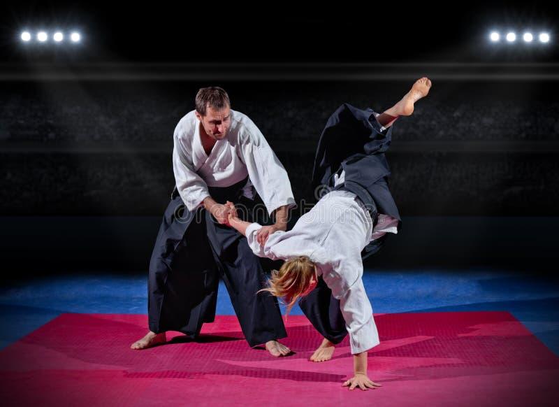 Combat entre deux combattants d'arts martiaux image stock