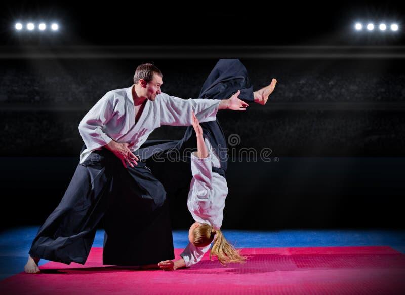 Combat entre les combattants d'arts martiaux à la salle de gymnastique image stock