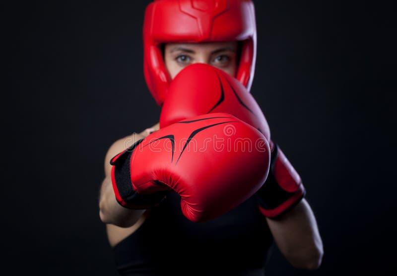 Combat femelle de boxeur photographie stock