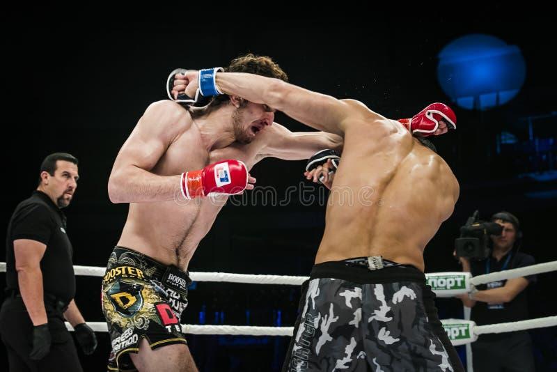 Combat final des combattants de Muttahida Majlis-e-Amal arbitre John McCarthy photo libre de droits