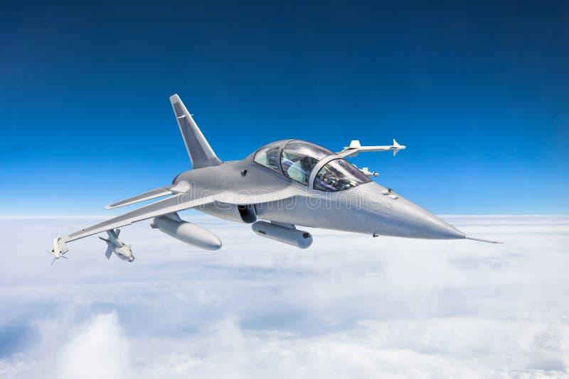 Combata aviões de avião de combate em uma missão militar com armas - foguetes, bombas, armas em moscas das asas altamente no céu  fotos de stock royalty free