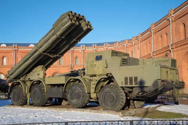 Combata la máquina del ` múltiple de Smerch del ` del sistema 9A52 del ataque con misiles en la exposición del museo de la artill imagen de archivo