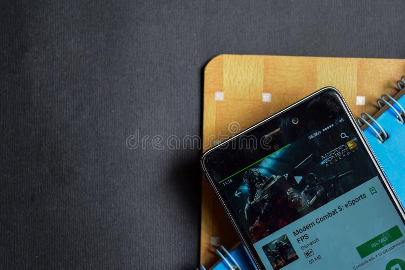 Combate moderno 5: revelador app de los eSports FPS app en la pantalla de Smartphone imagenes de archivo