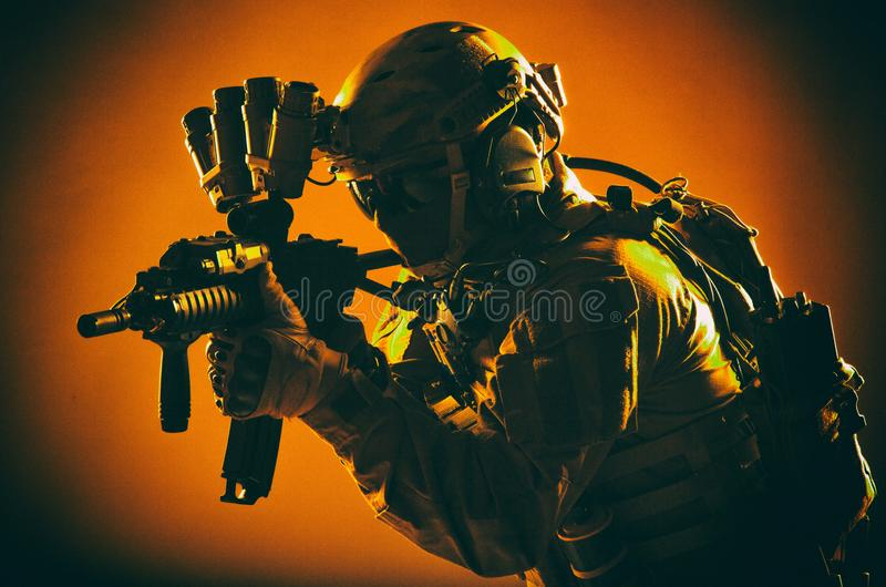 Combatiente anti de las fuerzas del terrorismo con el rifle de asalto fotos de archivo libres de regalías